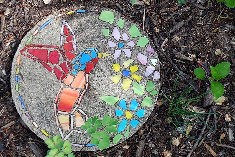 30 beautiful diy stepping stone ideas for your garden for Diy garden stepping stones