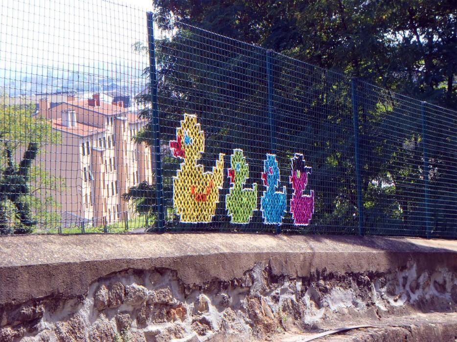Yaratıcı-Street-Art-Cross-Dikiş-Resimleri-on-Çit-6_1.jpg