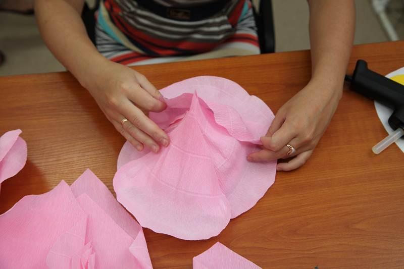 Как сделать из бумаги большие цветы своими руками легкие