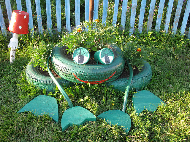Repurpose-Old-Tire-into-Animal-Themed-Garden-Decor-11.jpg