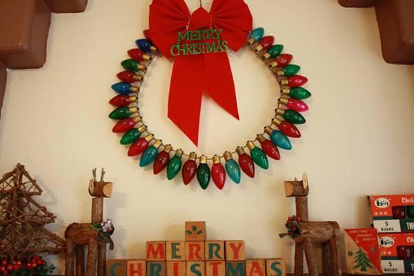 Creative Ideas - DIY Light Bulb Christmas Ornaments --> Christmas Light Bulb Wreath