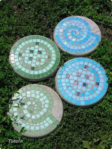 Diy mosaic tile garden stepping stones for Garden stepping stone designs