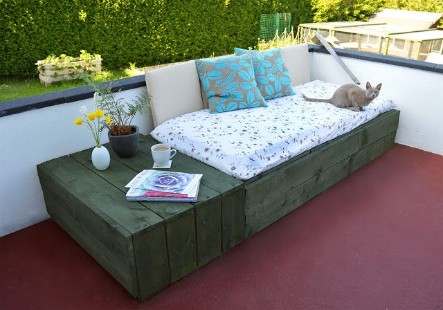 30+ Creative Pallet Furniture DIY Ideas and Projects --> Pallet Project: Patio Day Bed