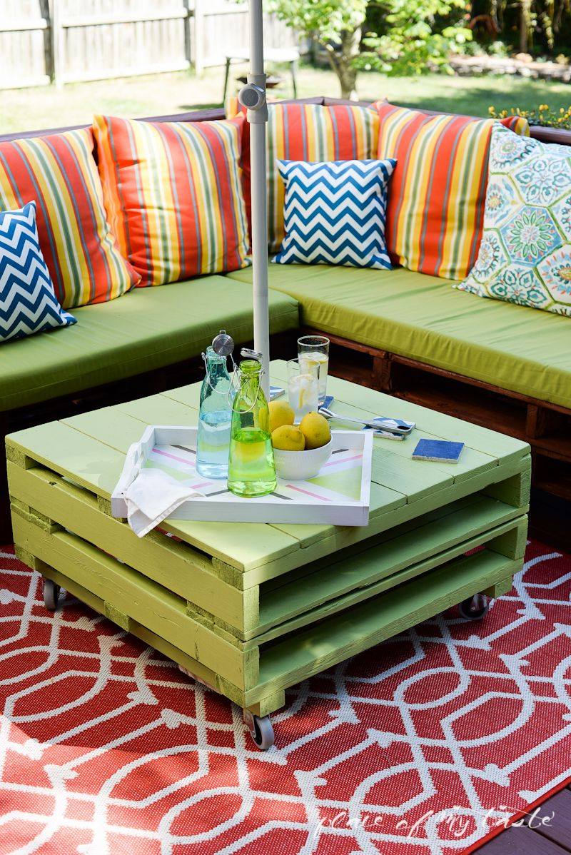 30 creative pallet furniture diy ideas and projects for Patio furniture designs plans