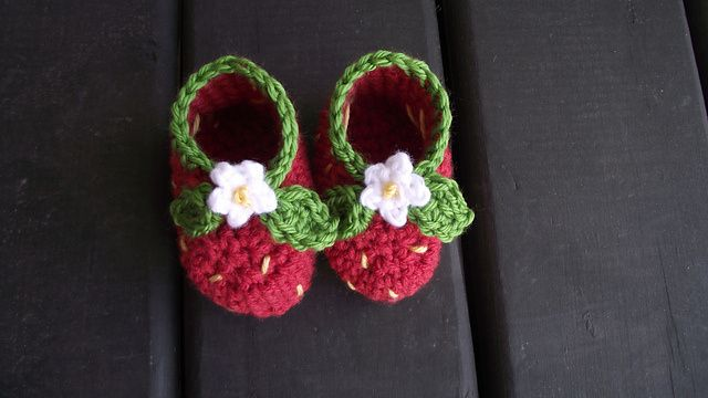 40+ Adorable and FREE Crochet Baby Booties Patterns --> Crochet Strawberry Booties