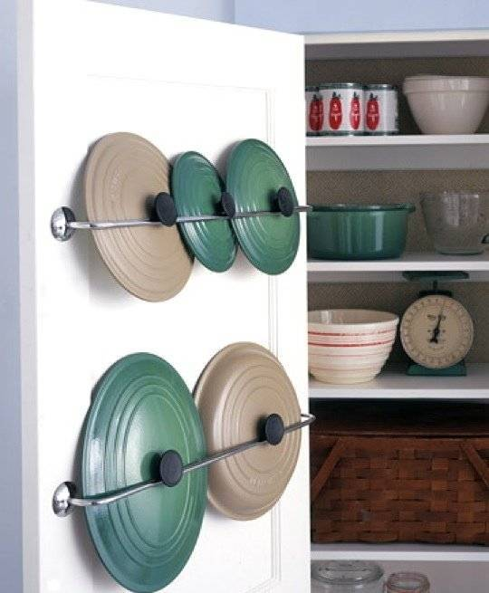 40+ Organization and Storage Hacks for Small Kitchens --> Use towel bars to store pot lid inside pantry door