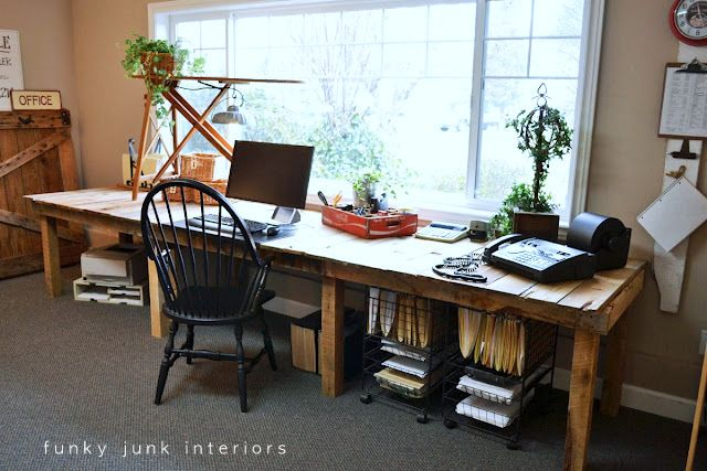 25+ Creative DIY Projects to Make a Craft Table --> Pallet Farm Table Desk
