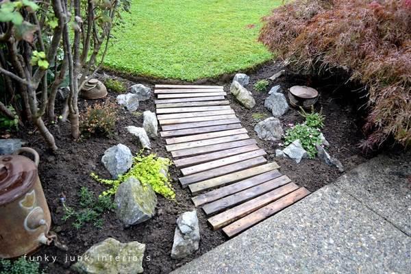DIY Pallet Wood Garden Walkway