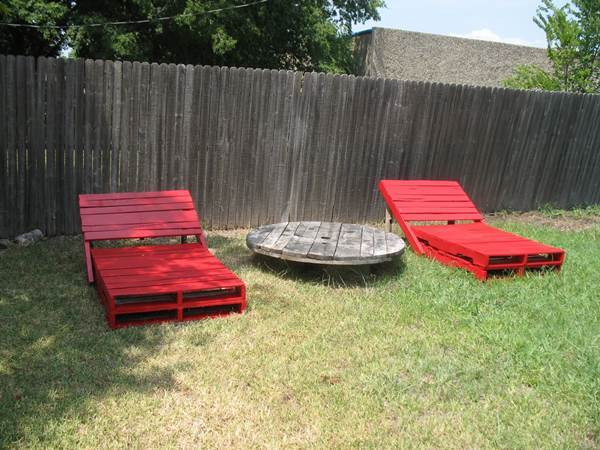 Outdoor pallet lounger