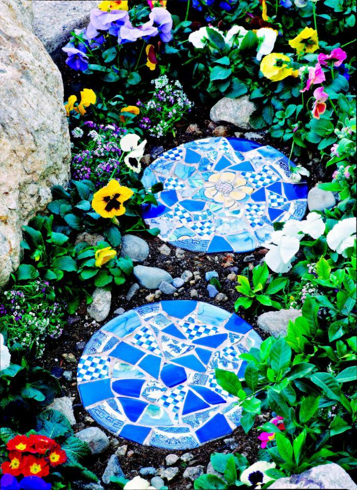 30 Beautiful DIY Stepping Stone Ideas to Decorate Your Garden --> How to Make Mosaic Garden Projects