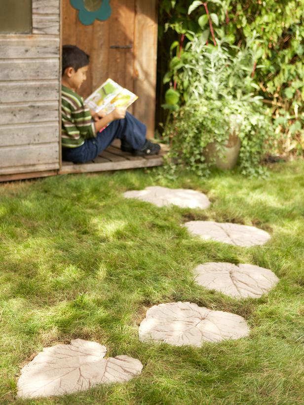 30 Beautiful DIY Stepping Stone Ideas to Decorate Your Garden --> How to Make a Decorative Garden Path
