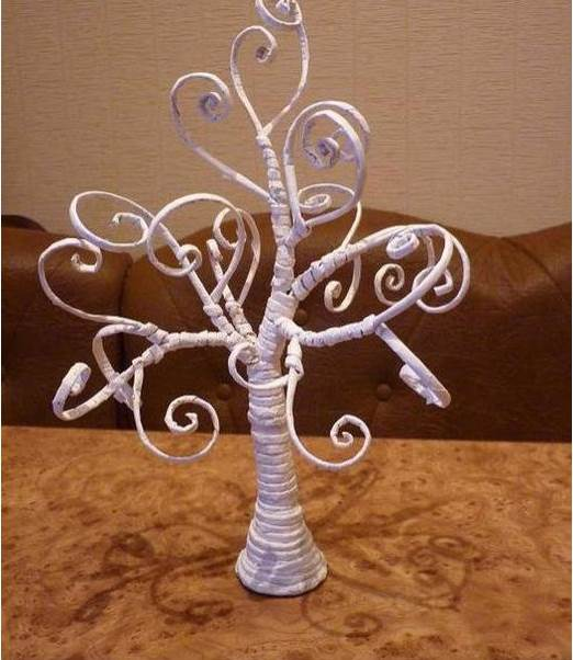How-to-DIY-Decorative-Tree-from-Old-Newspaper-9.jpg