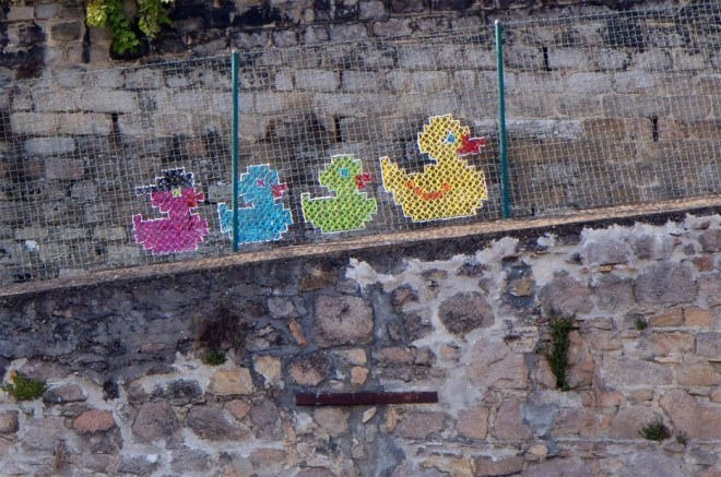Creative-Street-Art-Cross-Stitch-Murals-on-Fences-6.jpg