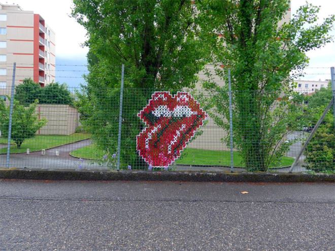 Creative-Street-Art-Cross-Stitch-Murals-on-Fences-7.jpg