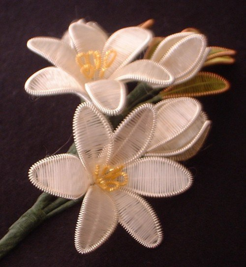 How-to-DIY-Beautiful-Flowers-from-Wire-and-Thread-9.jpg