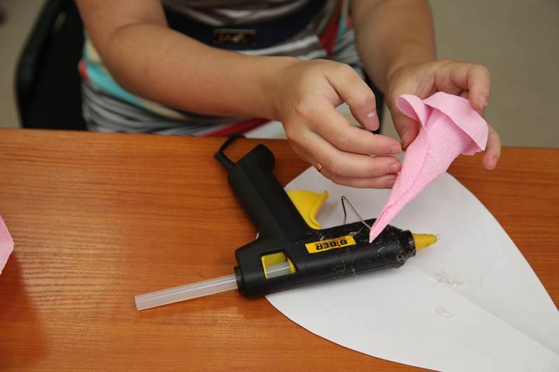 How-to-DIY-Giant-Crepe-Paper-Flower-12.jpg