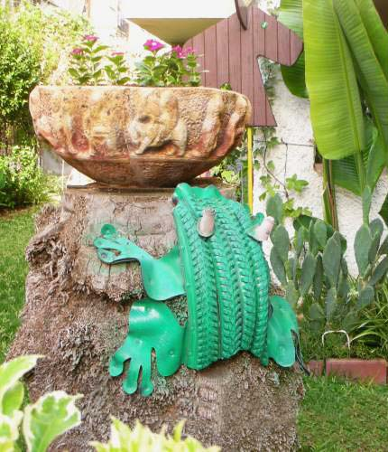 40+ Creative DIY Ideas to Repurpose Old Tire into Animal Shaped Garden Decor --> Tire Frog