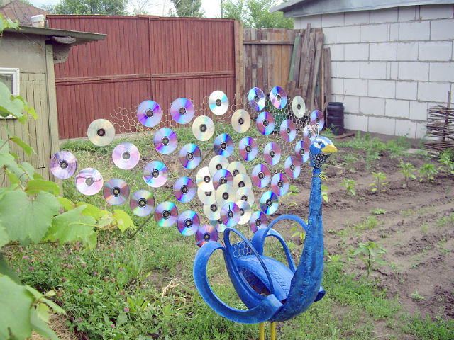 40+ Creative DIY Ideas to Repurpose Old Tire into Animal Shaped Garden Decor --> Tire Peacock