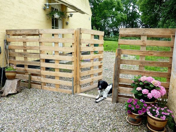 30+ Creative Pallet Furniture DIY Ideas and Projects --> DIY Pallet Fence
