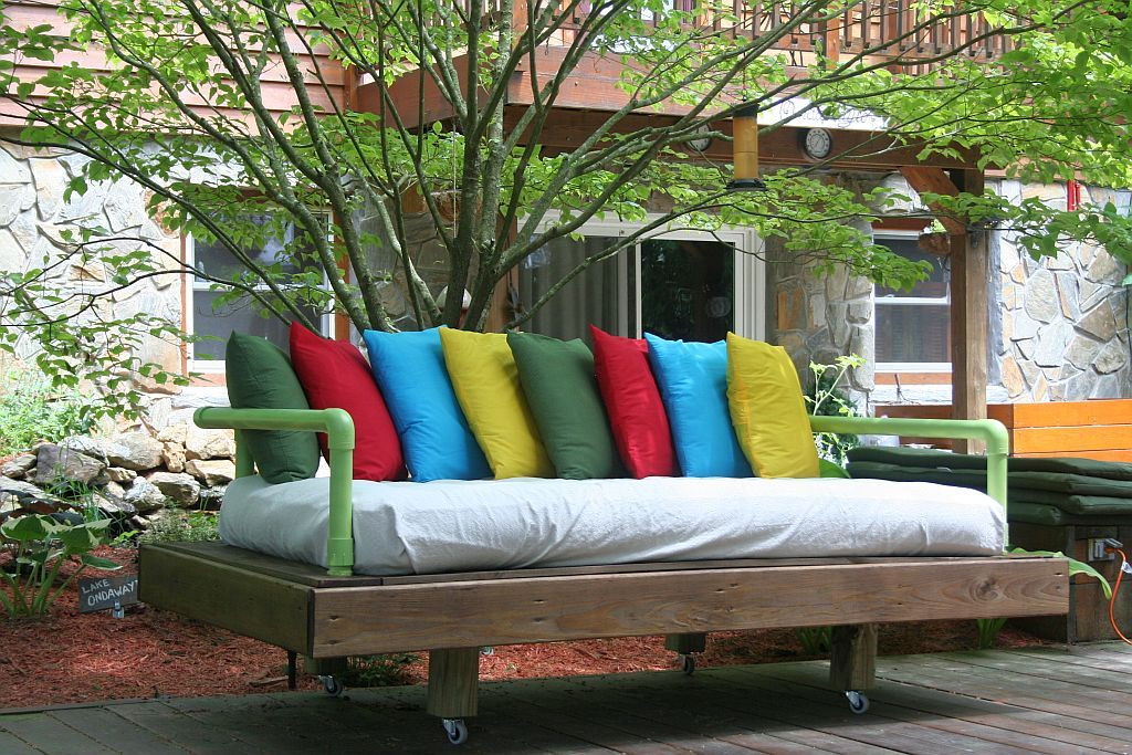 30+ Creative Pallet Furniture DIY Ideas and Projects --> DIY Pallet Day Bed