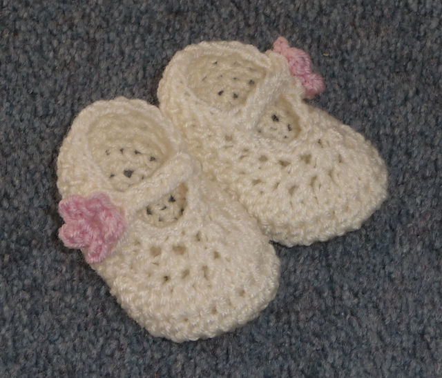 40+ Adorable and FREE Crochet Baby Booties Patterns --> Crochet Dainty Mary Jane Baby Slippers