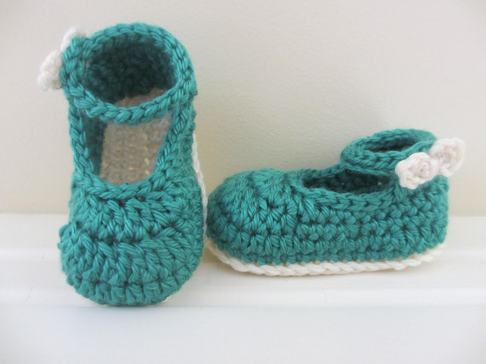 40+ Adorable and FREE Crochet Baby Booties Patterns --> Bow Buckle Mary Janes
