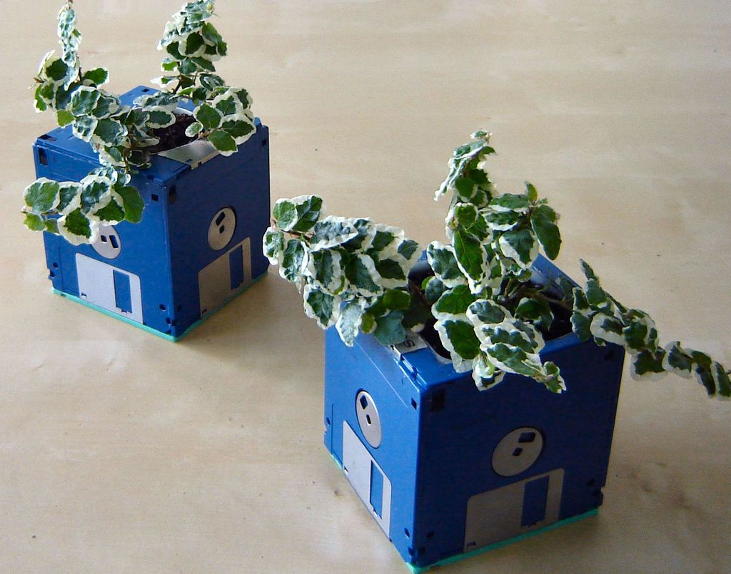 40+ Creative DIY Garden Containers and Planters from Recycled Materials --> DIY Floppy Disk Planter