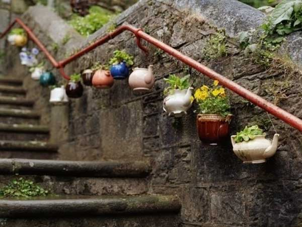 40+ Creative DIY Garden Containers and Planters from Recycled Materials --> Old Teapot Planters
