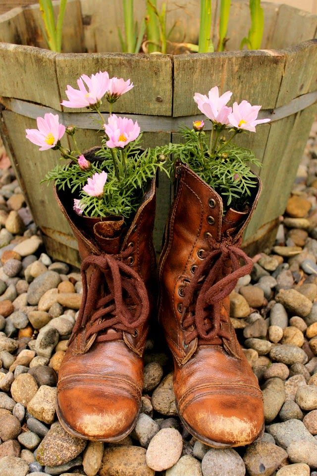 40+ Creative DIY Garden Containers and Planters from Recycled Materials --> DIY Old Boots Flower Planter