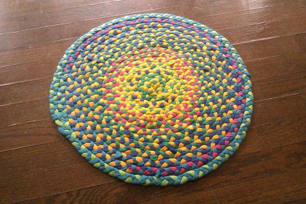 40+ Creative Ideas to Repurpose and Reuse Your Old T-shirts --> DIY Braided T-shirt Rug