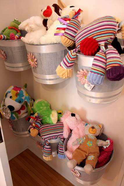 Storage For Stuffed Animals: Ideas That Work! If you've got kids you've got stuffed toys, and they can take up a lot of space. Here's quite a few ideas for storage for stuffed animals that have been shared by readers to give you inspiration.