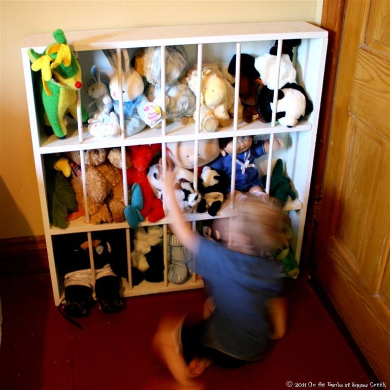 20+ Creative DIY Ways to Organize and Store Stuffed Animal Toys --> DIY Stuffed Animal Zoo from Old Bookshelf