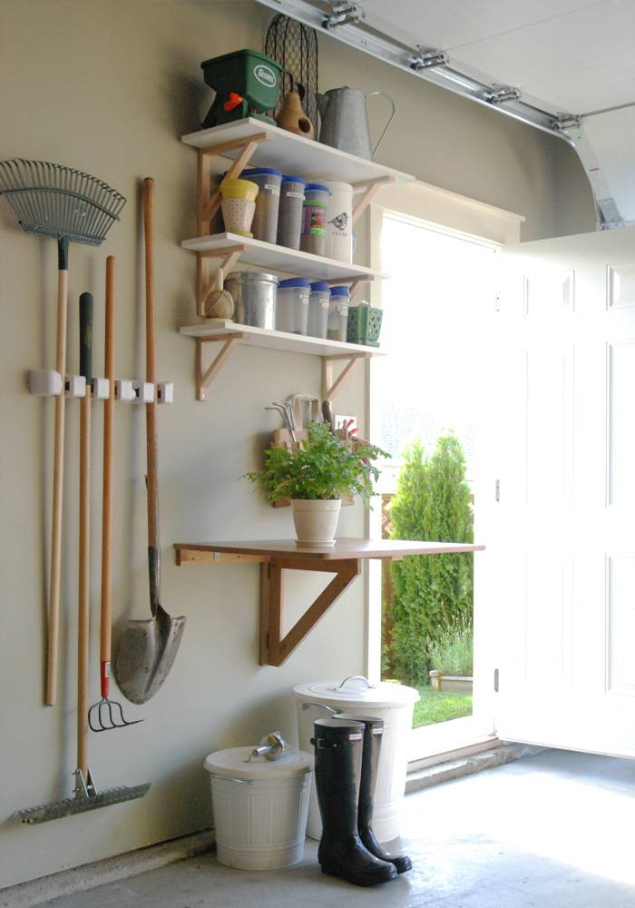 30+ Creative Ways to Organize Your Garage --> Garage garden station to keep everything to do with gardening