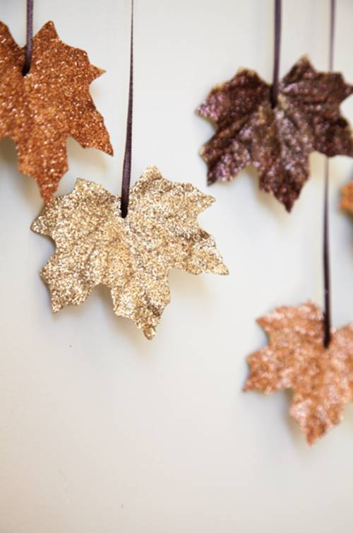 40+ Creative DIY Craft Projects with Fall Leaves --> DIY Glitter Leaves Garland