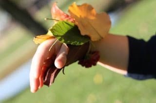 40+ Creative DIY Craft Projects with Fall Leaves --> Leaf Bracelet