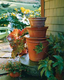 40+ Creative DIY Water Features For Your Garden --> DIY Pyramidal Pots Water Fountain
